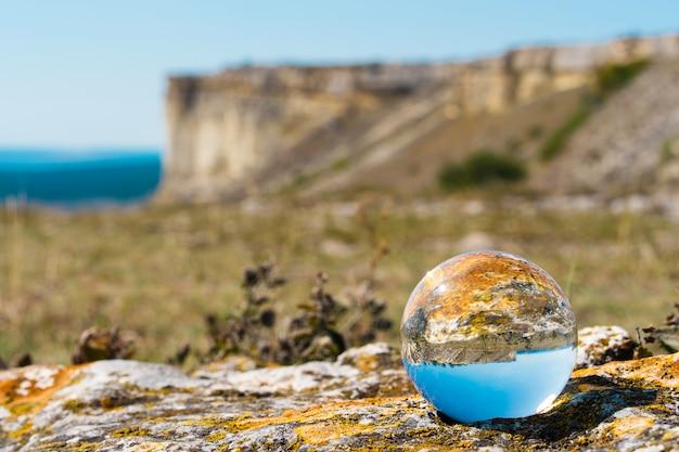 Biała skała i krajobraz górski sfotografowany przez szklaną kulę prisma