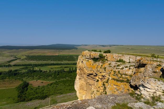 Biała skała wapienna, dzika przyroda górska, narodowy punkt orientacyjny. zdjęcie wysokiej jakości