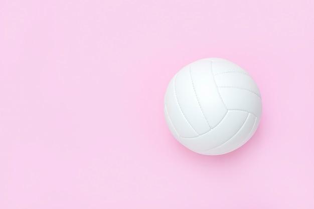 Biała skórzana piłka do siatkówki na różowo.