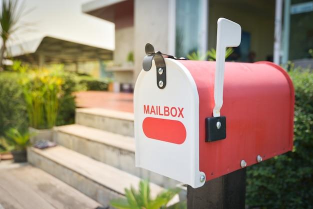 Biała skrzynka pocztowa przed domem