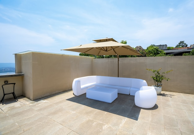 Biała sofa na dachu willi wakacyjnej
