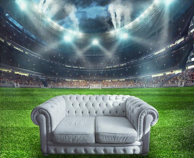 Biała sofa na środku boiska do piłki nożnej