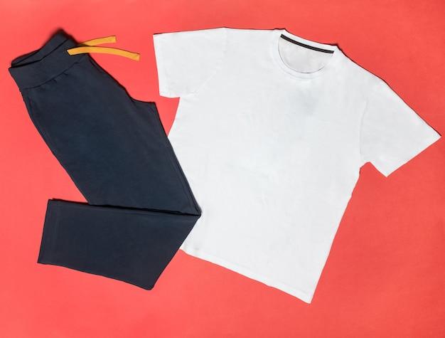Biała sportowa koszulka z czarnymi sportowymi spodniami