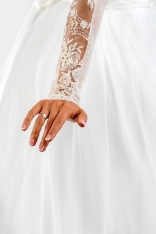 Biała sukienka panny młodej. lekka tekstura tkaniny. tradycyjna odzież ślubna.