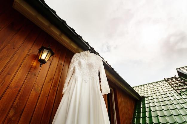 Biała suknia ślubna gotowa dla panny młodej