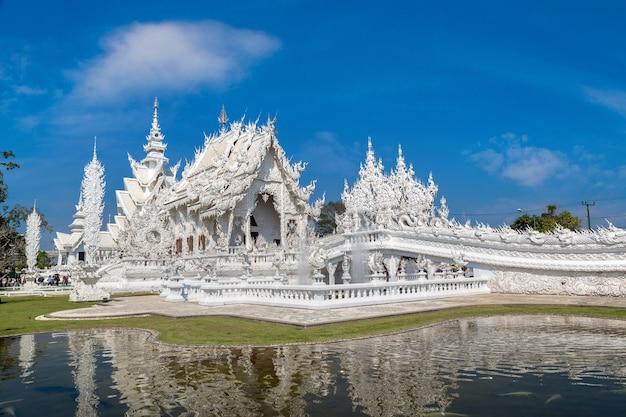 Biała świątynia znana jako wat rong khun w chiang rai w tajlandii