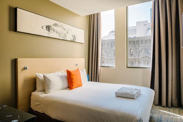 Biała sypialnia w hotelu