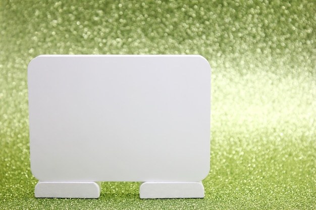Biała tablica tekstu na zielonym tle musujące wakacje