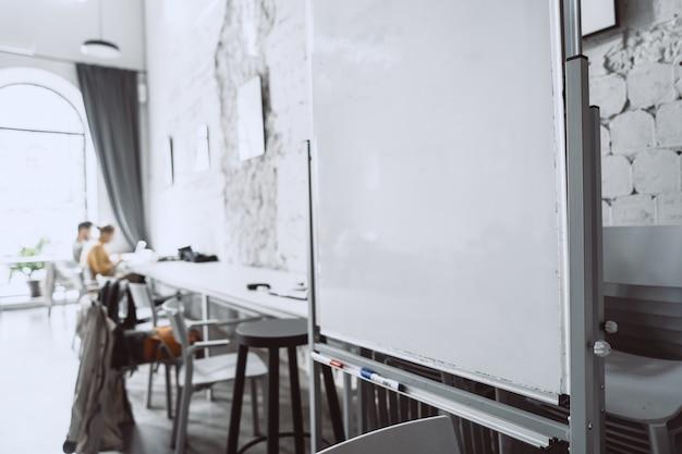 Biała tablica w biurze z bliskiej perspektywy