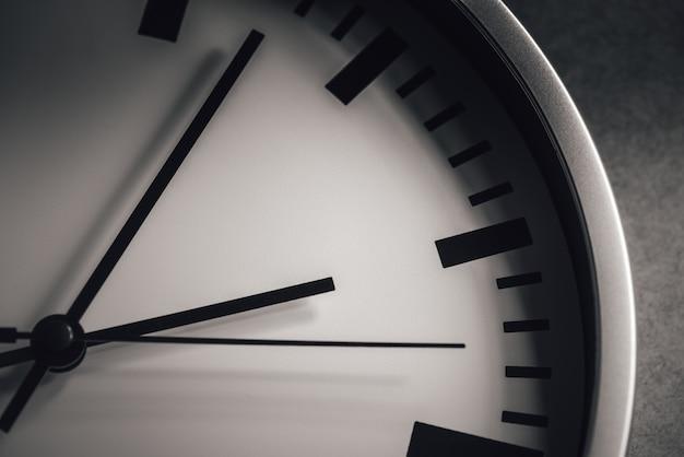 Biała tarcza zegara na szarym tle
