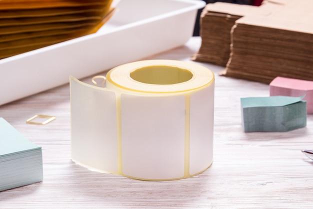 Biała taśma na drewnianym stole biurowym
