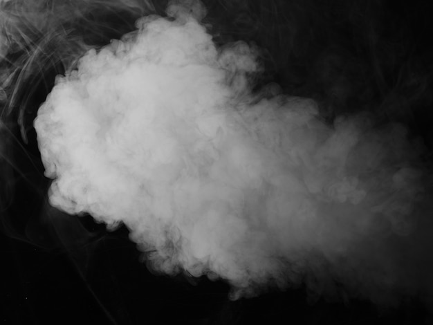 Biała tekstura dymu na czarnym tle