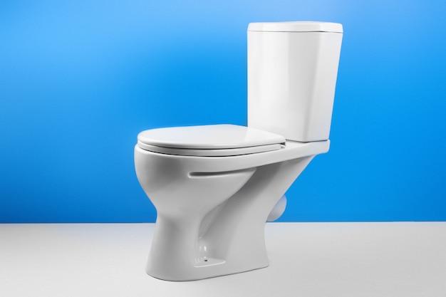 Biała toaleta na białym i błękitnym tle
