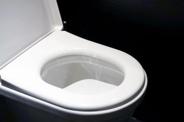 Biała toaleta w łazience