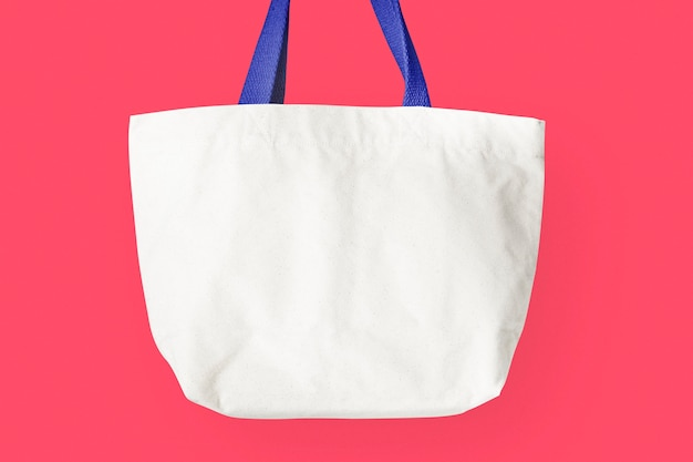 Biała torba na ramię na różowym tle