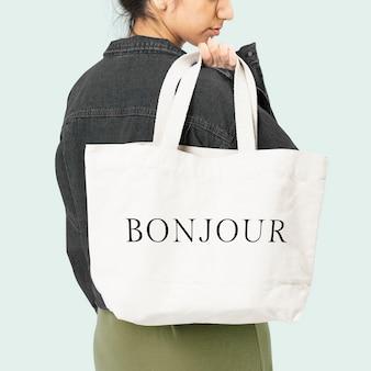 Biała torba na ramię z akcesorium typografii bonjour, sesja zdjęciowa w studio