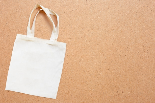 Biała torba z tkaniny na sklejce.