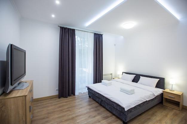 Biała umeblowana sypialnia