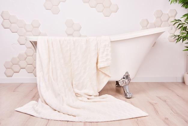 Biała wanna vintage clawfoot we wnętrzu łazienki