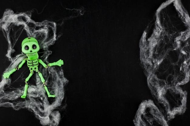 Biała watolina ze świecącym zielonym szkieletem