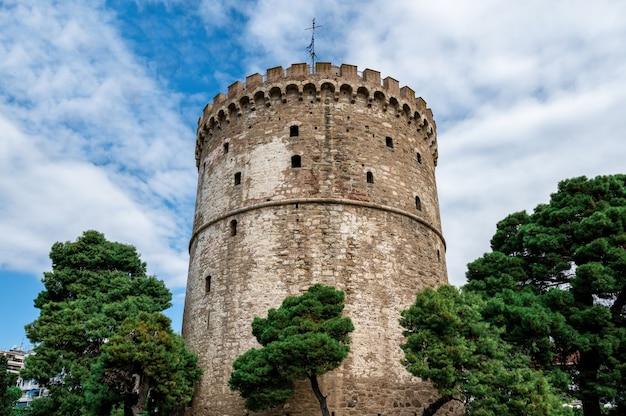 Biała wieża w salonikach z chmurami w grecji
