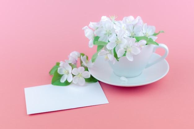 Biała wiosna jabłoni kwitnienie kwitnie w filiżance