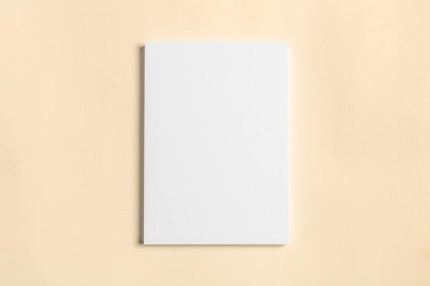 Biała wizytówka na drewnianym stole. pusty portret a4.
