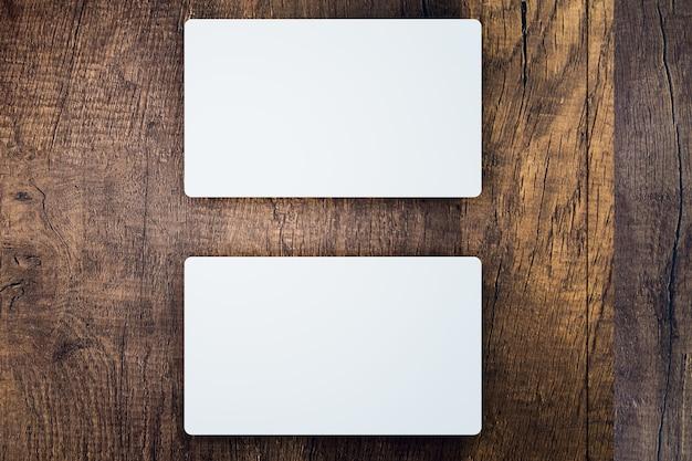 Biała wizytówka na drewnianym tle, wizytówka mokup, renderowanie ilustracji 3d