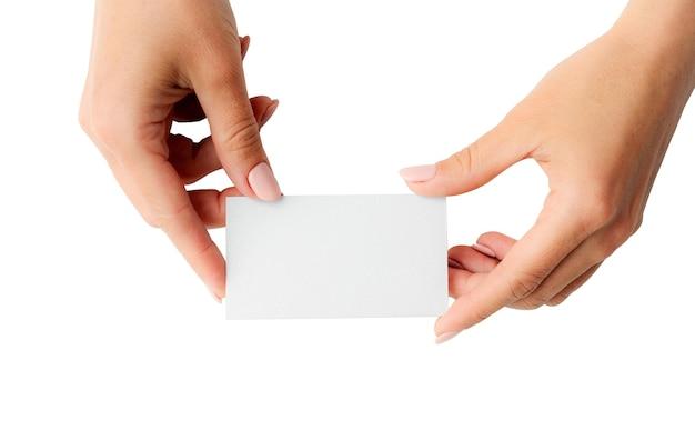 Biała wizytówka w rękach dziewczyny