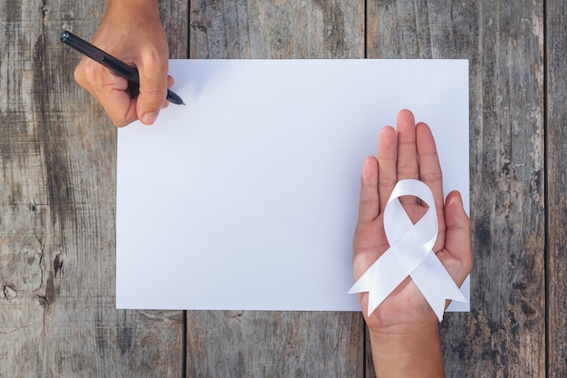 Biała wstążka symbol pokoju międzynarodowy dzień niestosowania przemocy.