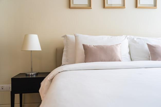 Biała wygodna poduszka na wnętrze łóżka