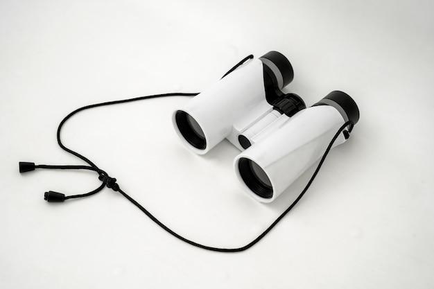 Biała zabawka dwuokularowa na białym tle zabawka dla chłopców
