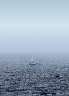 Biała żaglówka na morzu