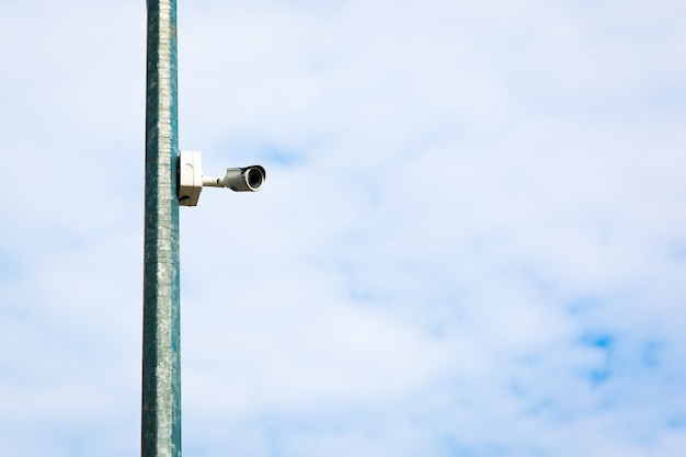 Biała zewnętrzna kamera do monitoringu w mieście
