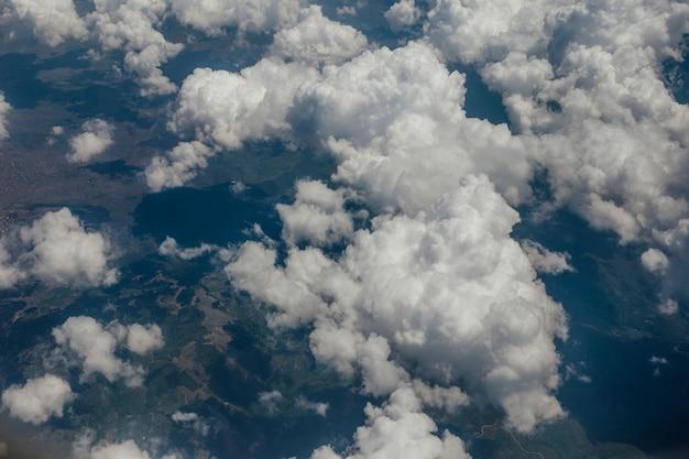 Białe aksamitne chmury na niebie, widok z samolotu.
