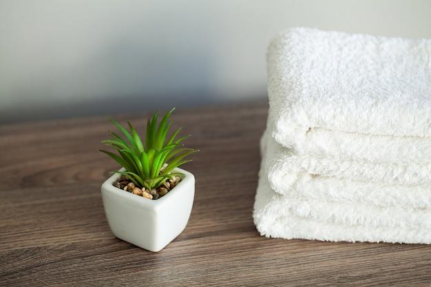 Białe bawełniane ręczniki w łazience spa.