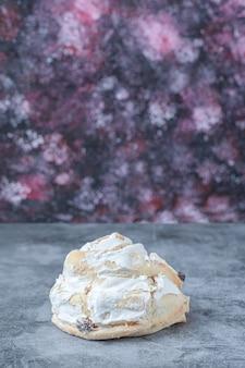 Białe bezowe ciasteczka z czarnymi rodzynkami