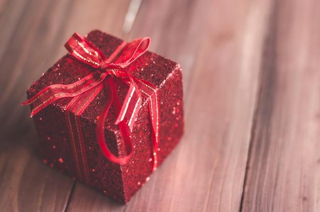Białe boże narodzenie pudełko ze złota wstążka i copyspace na powitanie lub życzenia