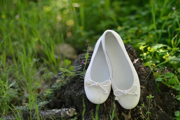 Białe buciki do komunii świętej dla dziewczynek