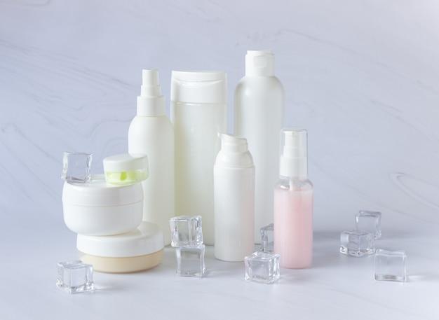 Białe butelki i puszki na kosmetyki