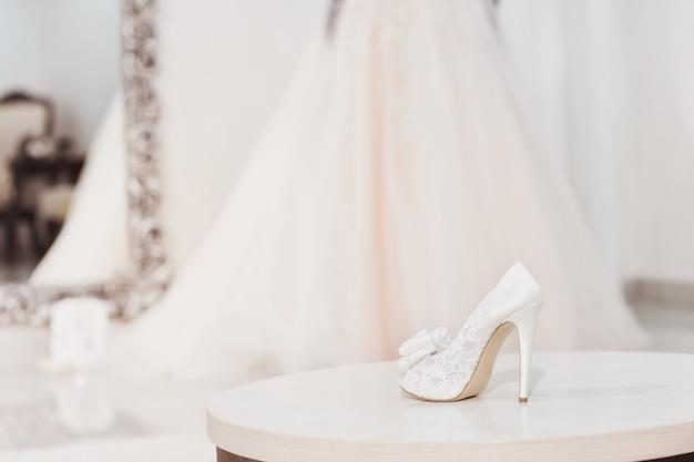 Białe buty ślubne damskie. koncepcja poranka panny młodej