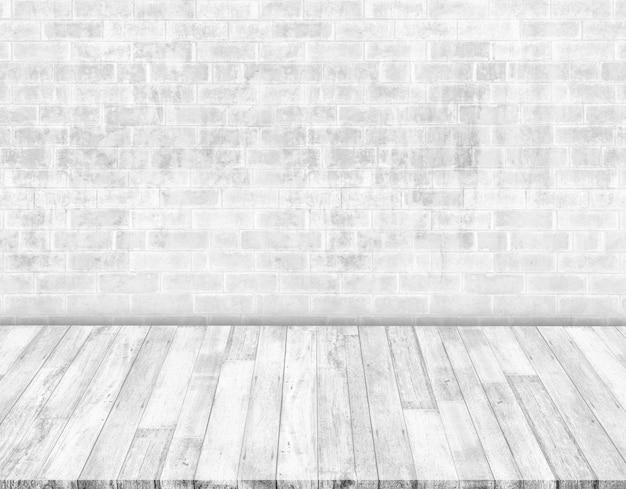 Białe ceglane ściany i białe drewniane podłogi