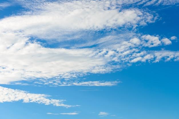 Białe chmury cumulus na błękitnym niebie, jasny słoneczny dzień, piękny naturalny krajobraz