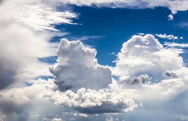 Białe chmury cumulus na niebieskim niebie