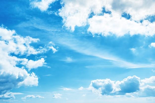 Białe chmury i błękitne niebo na tle przyrody
