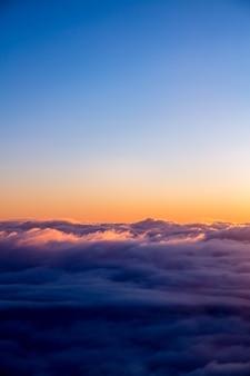Białe chmury i błękitne niebo