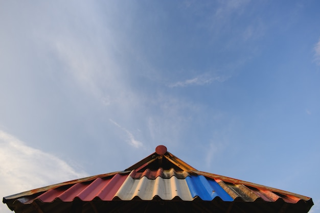 Białe chmury mają dziwne kształty, dach i copyspace