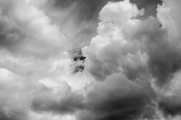 Białe chmury na białym na czarnym tle. elementy wystroju