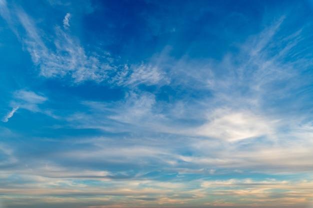 Białe chmury na czystym, błękitnym niebie