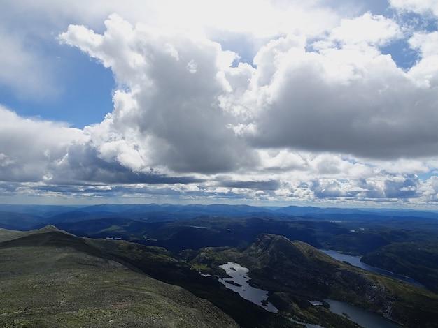 Białe chmury na niebie nad doliną w tuddal gaustatoppen w norwegii